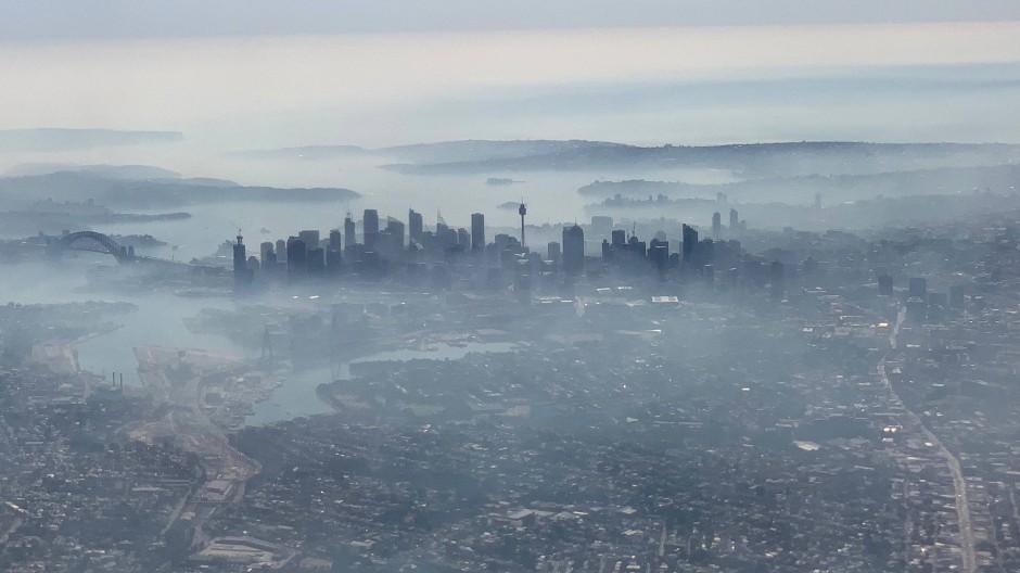 Gefährliche Feinstaubbelastung: Am Dienstag war selbst Sydney in eine Wolke aus Rauch gehüllt. Dabei liegt der Nationalpark, in dem es brennt, fast 100 Kilometer entfernt.