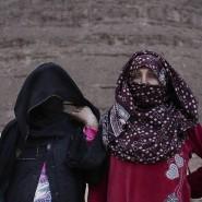 Umm Yassar, die erste beduinische Wanderführerin, schaut mit selbstbewusstem Blick in die Kamera. Neben ihr stehen Aicha, Umm Solimann und Selima: Drei weitere Exkursionsführerinnen.