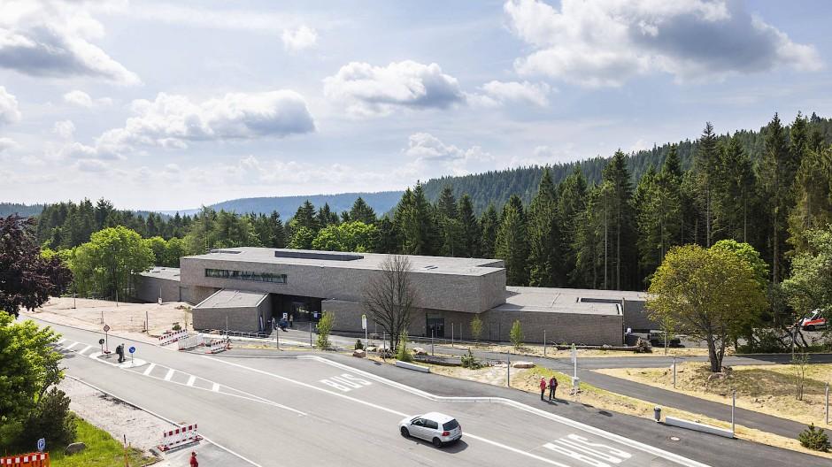 Naturnaher Holzstapel in einer von Menschenhand geformten Landschaft: das neue Nationalparkzentrum am Ruhestein im Nordschwarzwald