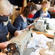 """Mitarbeiterinnen der """"Silke Wagler Couture"""" nähen Masken in Leipzig."""
