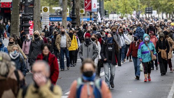Gegner von Corona-Maßnahmen ziehen schweigend durch Berlin