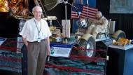 Georg von Tiesenhausen vor einem Modell des Mondautos Lunar Rover. An dessen Entwicklung war er maßgeblich beteiligt.