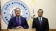 Der städtische Staatsanwalt Dennis Herrera (links) auf einer Pressekonferenz in San Francisco