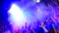 Tanzende in einer Disko: Ein generelles Zutrittsverbot für Flüchtlinge ist rechtlich kaum haltbar