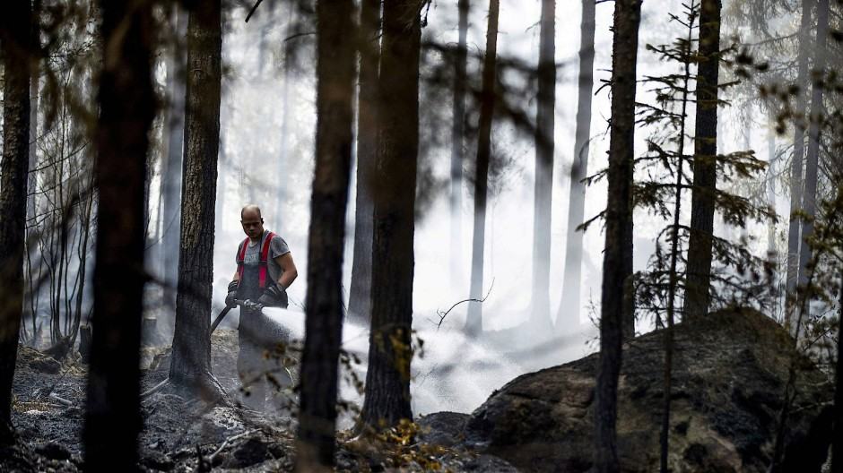 Löscharbeiten in den finnischen Wäldern in Pyhäranta, nordöstlich von Helsinki gelegen.