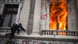 Demonstranten zünden Guatemalas Parlament an