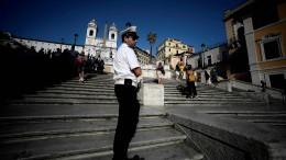 Touristen dürfen nicht mehr auf Spanischer Treppe in Rom sitzen