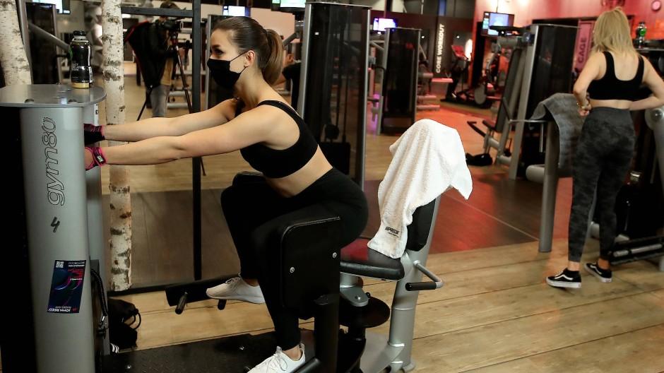 Endlich wieder ins Fitnessstudio! In NRW dürfen seit Mitternacht Sportlerinnen und Sportler wieder an die Geräte.