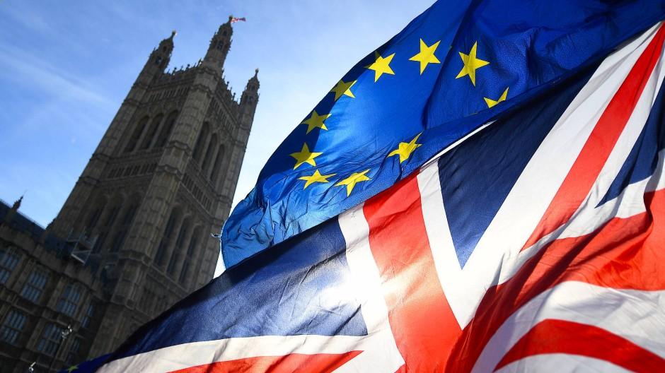 Noch wehen die britische und die EU-Fahne vor dem britischen Parlament.