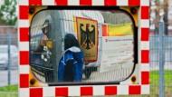 Bund und Länder sprechen viel über Integration - geleistet werden muss die Arbeit in den Kommunen. Das Bild zeigt den Eingang zur Landesaufnahmestelle Niedersachsens in Braunschweig.