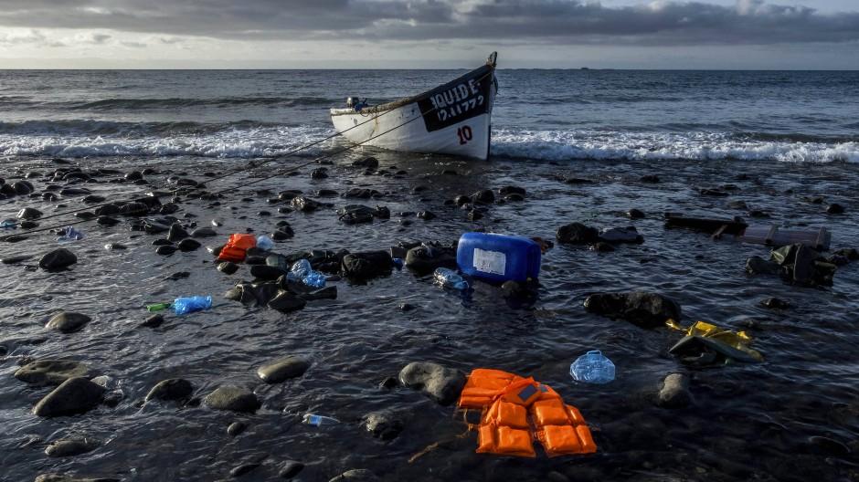 Keiner weiß, wie viele die Fahrt über den Atlantik überleben: Ein leeres Holzboot treibt am Freitag vor den Kanarischen Inseln auf dem Meer.