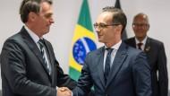 Heiko Maas trifft in Brasilia Präsident Jair Bolsonaro (l.).