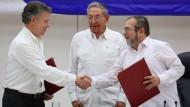 Historischer Handschlag mit Castro: Kolumbiens Präsident Juan Manuel Santos (links) und Farc-Kommandeur Rodrigo Londono in Havanna