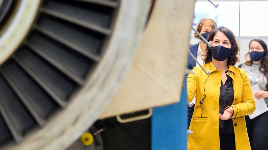 Annalena Baerbock, Vorsitzende der Grünen, während eines Besuchs beim Triebwerkhersteller MTU im Oktober