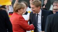 Verstehen sich, sind sich aber nicht immer einig: Kanzlerin Merkel und Ministerpräsident Günther.