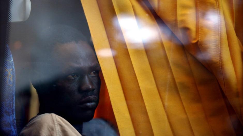 Reise ins Ungewisse: Ein Sudanese blickt nach seiner Festnahme aus dem Fenster eines Busses der israelischen Einwanderungsbehörde