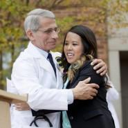 Die gesundete Nina Pham und Doktor Anthony Fauci, der sie in einem Krankenhaus nahe Washington behandelt hatte