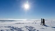 Lichtblick: Ausflügler auf einem Schneefeld in der Rhön