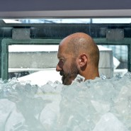 "Kategorie ""Longest Duration Full Body Contact With Ice"": Köberl im August 2019 beim Weltrekordversuch in Wien."