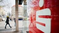 Erste Sparkassen verlangen Gebühr für Geldanlagen