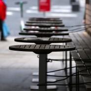 Mit Stahlschnüren gesichert, sind die Tische eines wegen der Maßnahmen um das Coronavirus geschlossenen Restaurants in Augsburg.