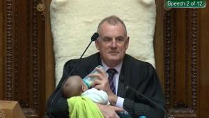 Parlamentspräsident macht den Babysitter