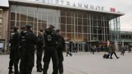 Hier braucht es nüchterne Aufklärung: Polizisten am Kölner Tatort, dem Hauptbahnhof