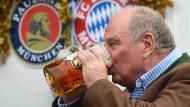 Da schmeckt das Bier doch gleich viel besser: Uli Hoeneß zurück auf dem Oktoberfest.