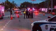 Der Lieferwagen hatte sich offenbar zunächst bei den Festwagen der Parade eingereiht, später beschleunigt und mindestens zwei Männer umgefahren.