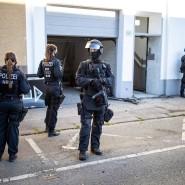 Polizeibeamte stehen vor einem Wohnhaus in Wuppertal, das ein Ziel der Razzia gegen Clankriminalität in Nordrhein-Westfalen ist.