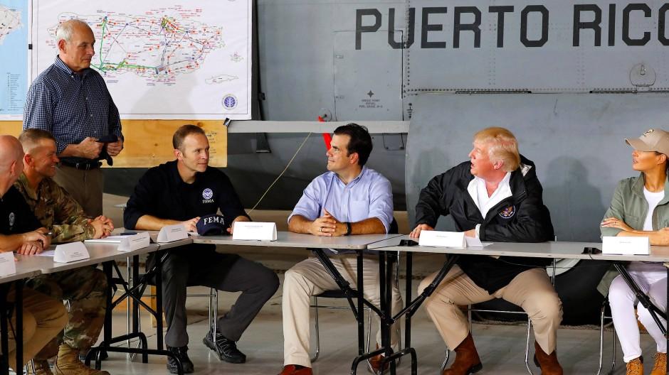 Präsident Trump vor dem Briefing in einem Hangar auf der Muñiz Air National Guard Base im Gespräch mit seinem Stabschef John Kelly (stehend).