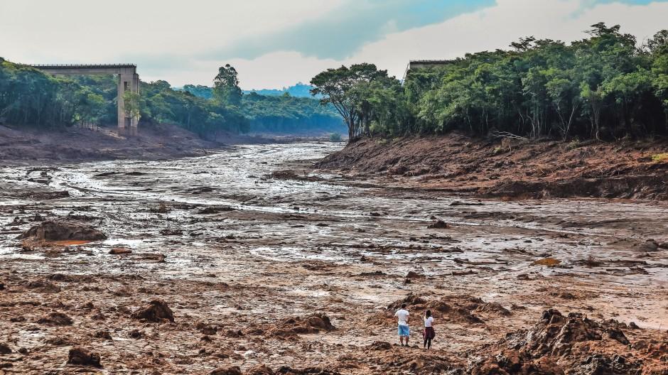 Der Dammbruch von Brumadinho: Das Bild wurde zwei Wochen nach dem 25. Januar 2019 aufgenommen, an dem sich eine riesige Schlammlawine über die Region ergossen und hunderte Menschen begraben hatte.