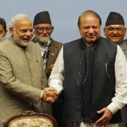 Ein Handschlag, sonst aber wenig: Indiens Ministerpräsident Modi und Pakistans Regierungschef Sharif auf dem SAARC-Gipfel in Kathmandu.