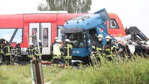 Elf Verletzte bei Kollision von Lastwagen und Regionalbahn