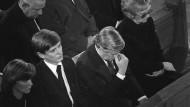 Gewissensqual: Bundeskanzler Helmut Schmidt (Mitte) zwischen Schleyers Witwe Waltrude (rechts) und dessen Sohn Eberhard (links) bei der Trauerfeier für den ermordeten Arbeitgeberpräsidenten Hanns Martin Schleyer 1977 in Stuttgart.