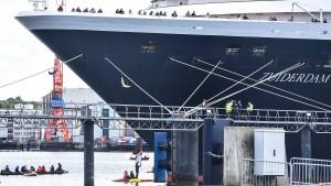 Klima-Aktivisten blockieren Kreuzfahrtschiff in Kiel