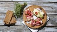 Frischkäse und Salami auf Knäckebrot. Was lecker aussieht, lässt sich urheberrechtlich nicht schützen, urteilt der Europäische Gerichtshof.