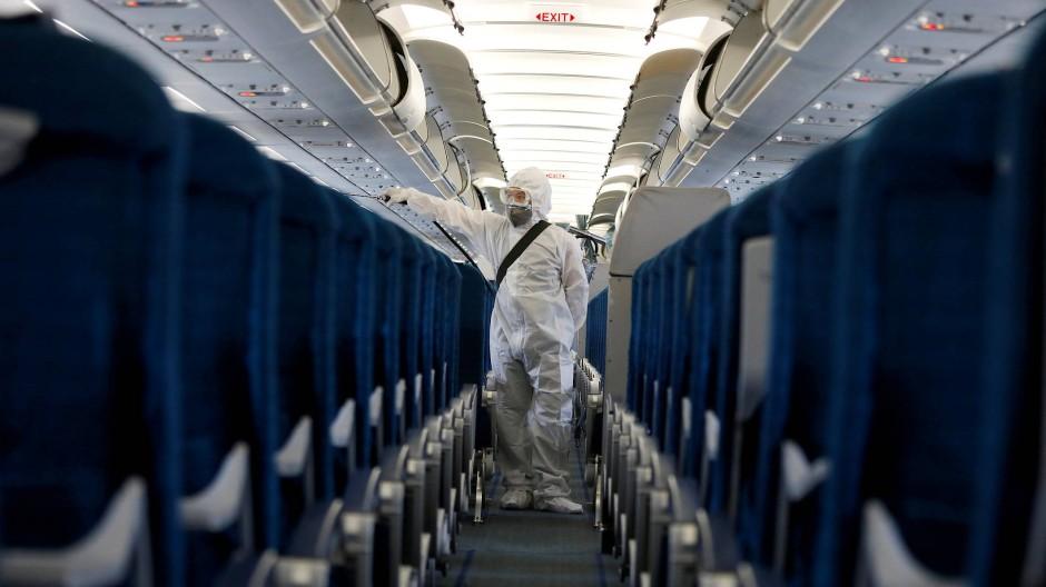 Löblicher Putzfimmel: Zum Anti-Corona-Programm der Fluglinien gehört das regelmäßige Desinfizieren der Kabinen, hier im Auftrag der Vietnam Airlines in Hanoi.