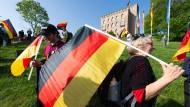 """Deutschlandfahnen und ein Kampf gegen """"Repression"""": Alles wie damals am Hambacher Schloss?"""