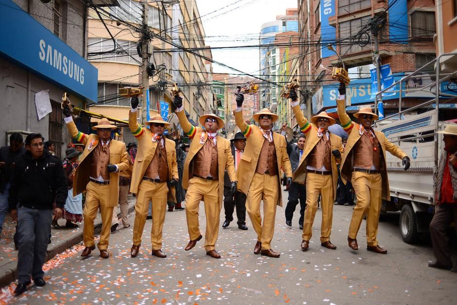 Tänzer des Preste-Fests laufen durch die Eloy-Salmon-Straße in La Paz.