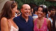 So sah er sich am liebsten: Silvio Berlusconi, umgeben von deutlich jüngeren Frauen, hier im Jahre 2004 auf Sardinien