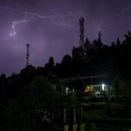 Blitze erleuchten Anfang Juni den nächtlichen Himmel über der indischen Stadt Dharmsala.