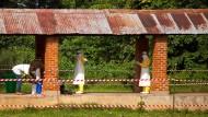 Pflegepersonal beim Verlassen einer Ebola-Isolierstation in Kongo