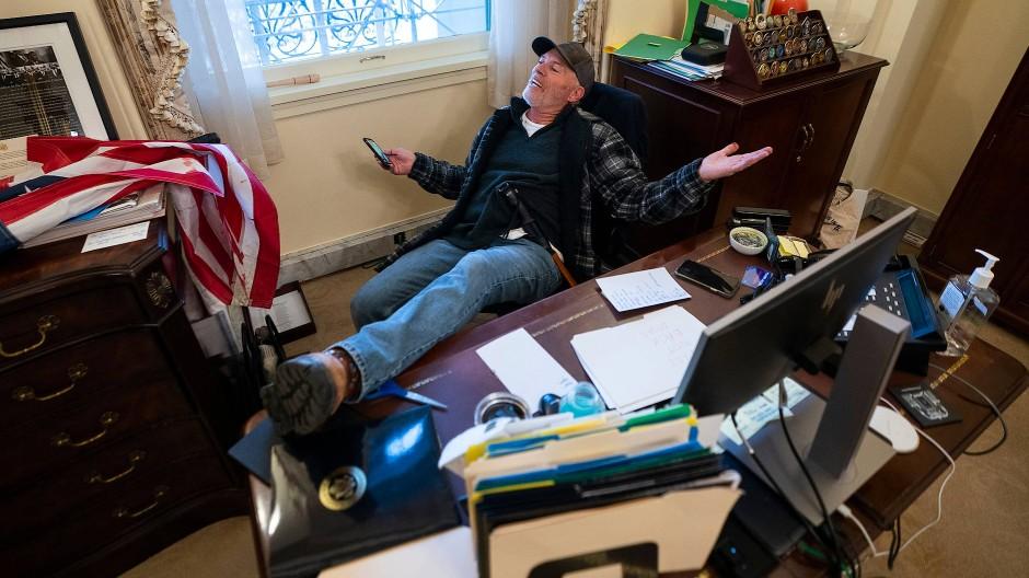 Ein Trump-Anhänger hat sich im Büro von Nancy Pelosi breitgemacht.