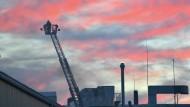 Ein Feuerwehrmann beobachtet die Löscharbeiten aus der Höhe