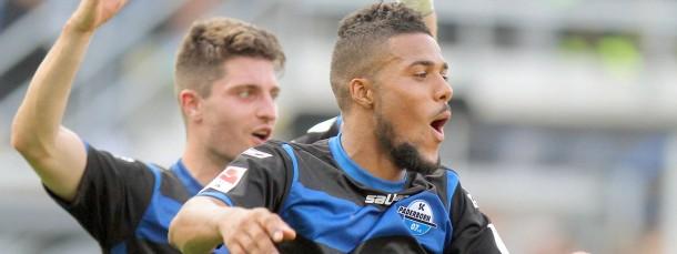 Ungläubige Freude: Paderborns Torschützen Stoppelkamp (l) und Kachunga jubeln mit den Fans