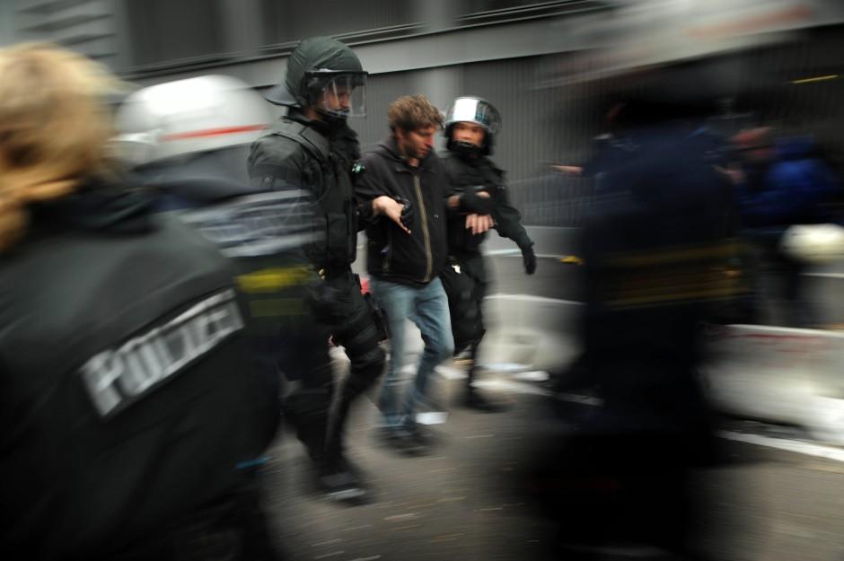 Demonstranten werden einzeln aus dem Kessel geführt.