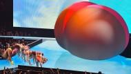 Tanzen vor einem riesigen Hintern: Sängerin Lizzo performt bei den VMAs 2019.