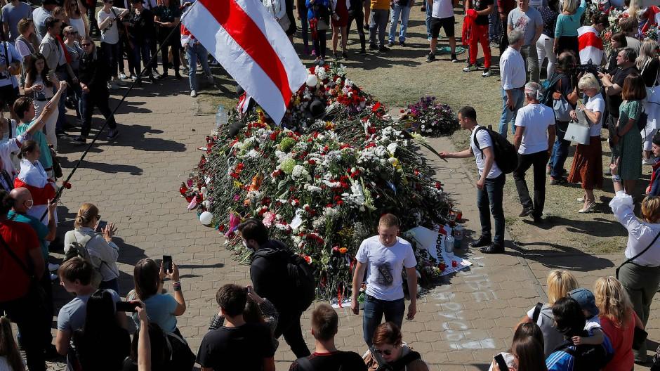 Gedenken in Minsk an einen 34 Jahre alten Mann, der bei den Protesten am Montag ums Leben kam