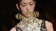 Im Trend: Objekt-Ohrringe, hier von Miuccia Prada